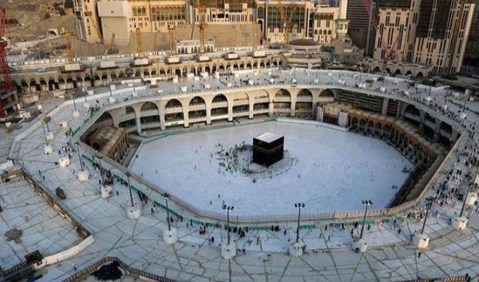 Situasi di sekitar Kabah, di dalam Masjidil Haram, Arab Saudi, kosong dari para jemaah saat diberlakukan sterilisasi, Kamis (5/3/2020). (Foto: AFP)