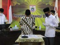 Gubernur Sulbar, Ali Baal Masdar saat melakukan Launching Pembayaran Zakat Kepada Baznas Provinsi Sulawesi Barat Tahun 1441 H/2020 M Melalui Video Conference, di Ruang Oval Lantai 3 Kantor Gubernur Sulbar, Sabtu, 16 Mei 2020