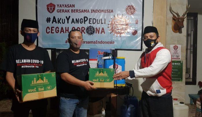 penyerahan bantuan pembersih Masjid secara simbolis oleh dewan pendiri sekaligus ketua Dewan pembina YGBI Andi Yuslim Patawari dan terima langsung oleh Sekretaris DPD KNPI Sulsel, Andi Surahman Batara.