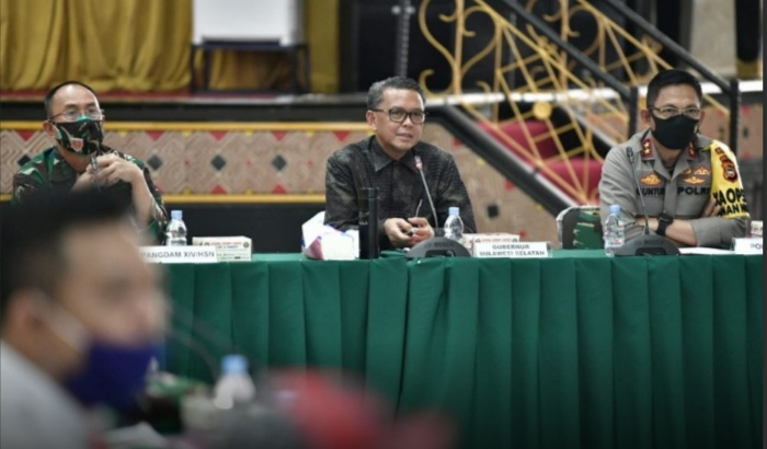 Nurdin Abdullah saat rapat koordinasi persiapan Sulsel menuju new normal, di Posko Covid-19, Balai Manunggal.