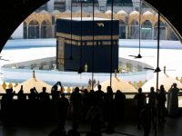 Pemerintah Arab Saudi memberlakukan pembatasan di lingkungan Masjid al-Haram, Makkah, karena wabah virus corona (Covid-19). (Foto: AFP)