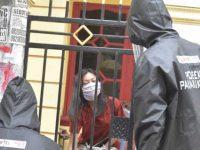 Aparat Polsek Panakkukang berpakaian APD lengkap mengambil keterangan korban pencurian dari luar pagar.(dok Polsek Panakkukang)