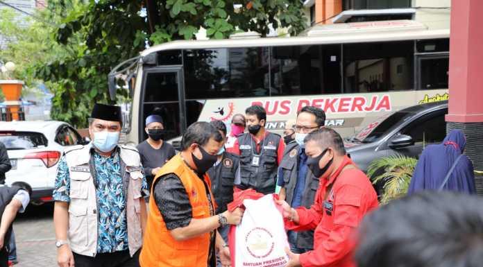 Pj Wali Kota Makassar Salurkan 750 Paket Bantuan dari Presiden untuk Butuh