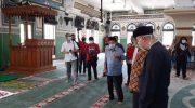 Ketua Umum DMI Pusat Jusuf Kalla meninjau persiapan normal baru di Masjid Agung Al Azhar, Rabu (3/6/2020).(ANTARA/Laily Rahmawaty)