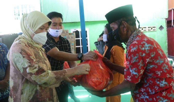 Sambil Salurkan Bantuan, Hasnah Syam Dengar Aspirasi Warga di Puteangin