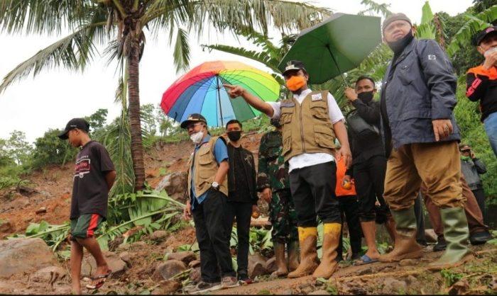 Di Tengah Hujan dan Jalan Berlumpur, Wagub Sulsel Tinjau Longsor di Jeneponto