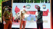 Gubernur Sulsel Serahkan Bantuan Rapid Test dan APD di Kampung Ewako Gowa