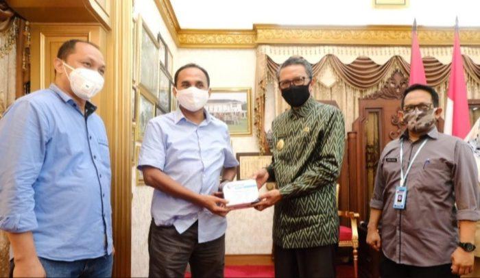 Gubernur Serahkan Bantuan APD untuk KPU Sulsel