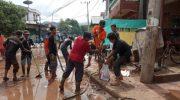 Gabungan Pecinta Alam Kompak Bersihkan Lumpur di Bantaeng.