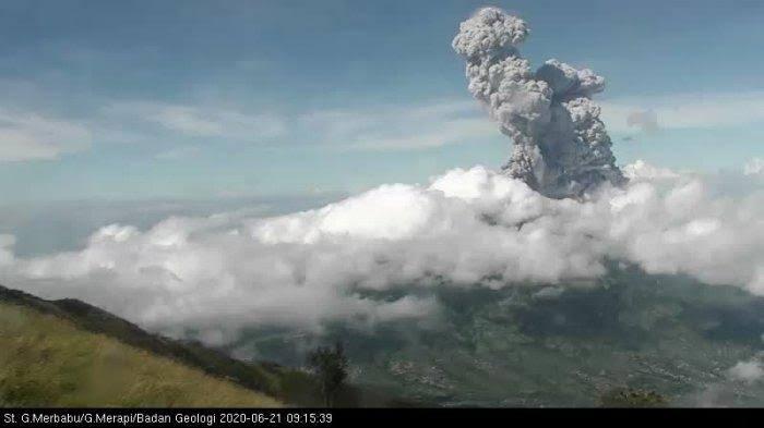 Gunung Merapi erupsi pada Minggu (21/6) pagi