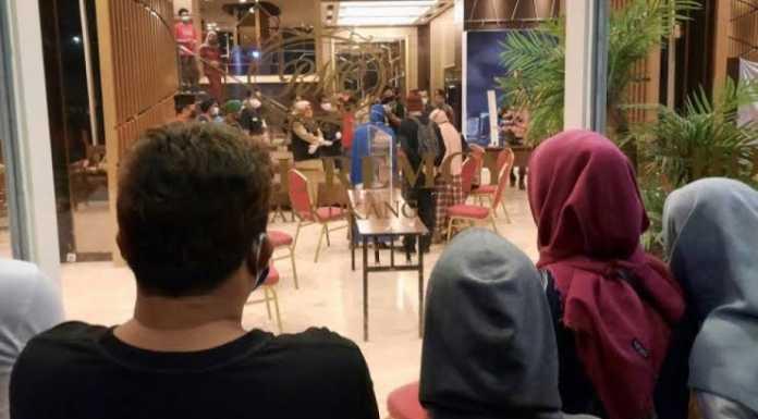Puluhan warga geruduk hotel tempat karantina pasien Corona di Hotel Remcy, Panakukkang Makassar (Foto: Suara)