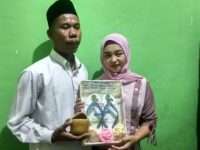 Pasangan Yudi dan Helmi usai ijab kabul dengan maskawin sandal jepit (Ist)