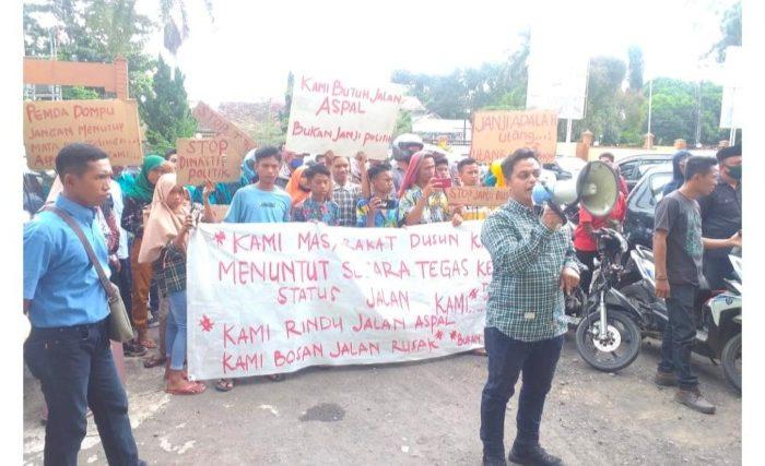 Warga dan Pemuda Desa Rababaka Dompu Desak Pemda Aspal Jalan di Dusun Kamudi