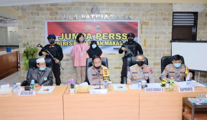Konferensi pers terkait kasus terduga penistaan Agama di Aula polres Pelabuhan Makassar, Jum'at (10/7/2020).