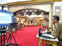 Gubernur Sulsel, Nurdin Abdullah bersama Sekprov Sulsel saat rapat virtual bersama Menhub membahas perkembangan pembangunan jalur kereta api