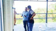 Bupati Selayar Basli Ali saat berdiskusi dengan Direktur PDAM Kepulauan Selayar, Asnawi Dahlan.