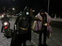 Viral Pria Berkostum Batman Bagikan Makanan ke Tunawisma di Jalanan