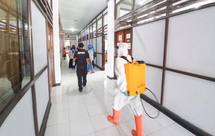 Badan Penanggulangan Bencana Daerah (BPBD) Kabupaten Kepulauan Selayar hari ini Jumat (25/9/2020) melakukan penyemprotan disinfektan di Kantor Bupati Sekretariat Daerah Kabupaten Selayar.
