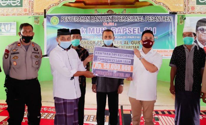 Rapsel Ali Serahkan Bantuan Operasional untuk Pesantren Babussalam