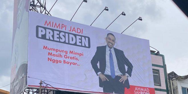 Baliho 'Mimpi Jadi Presiden Ahmad Sahroni'.