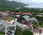 Kondisi kantor Gubernur Sulawesi Barat yang rusak akibat gempa bumi berkekuatan magnitudo 6,2 terlihat dari KRI Teluk Ende-517 di Kabupaten Mamuju, Sulawesi Barat. (Foto: Arsip CT Arsa)