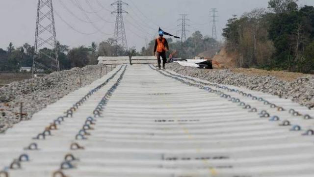 Proyek kereta api Makassar-Parepare.