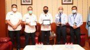 Kepala Kantor Pelayanan Pajak (KPP) Pratama Bantaeng, Wawan Ridwan menyerahkan SPT tahunan kepada Bupati Bantaeng, DR Ilham Azikin