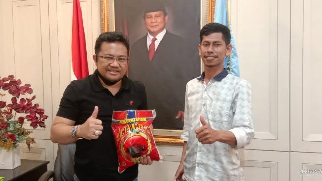 Owner Kios Mattuju Muhammad Fadhil bersama Anggota DPRD Sulsel Darmawangsyah Muin.