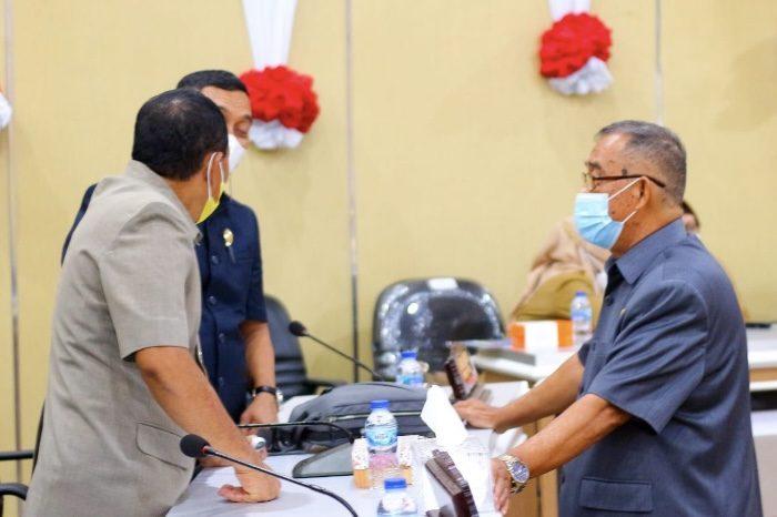 Wawali Parepare dan Anggota DPRD diskusi usai mengelar rapat paripurna.