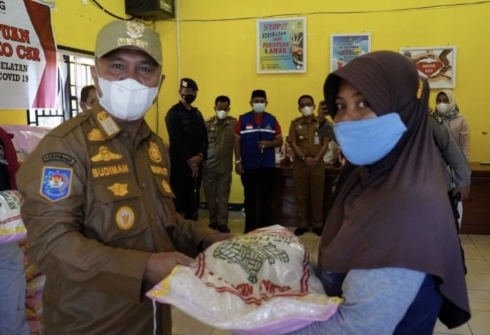 Bupati Luwu Timur Serahkan Bantuan Sosial untuk Masyarakat Terdampak Covid-19