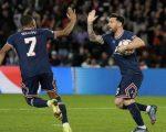 Selebrasi Lionel Messi dan Kylian Mbappe, PSG vs RB Leipzig, Liga Champions 2021/22 (c) AP Photo